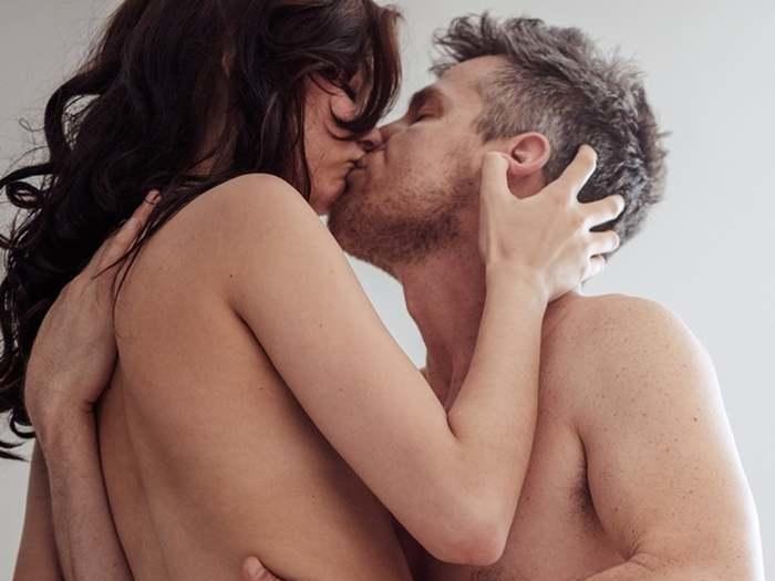 Mulheres querem sexo no fim da noite e homens preferem pela manhã