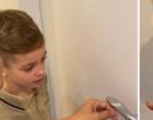 Hickman tenta arrancar dente do filho com linha amarrada em maçaneta