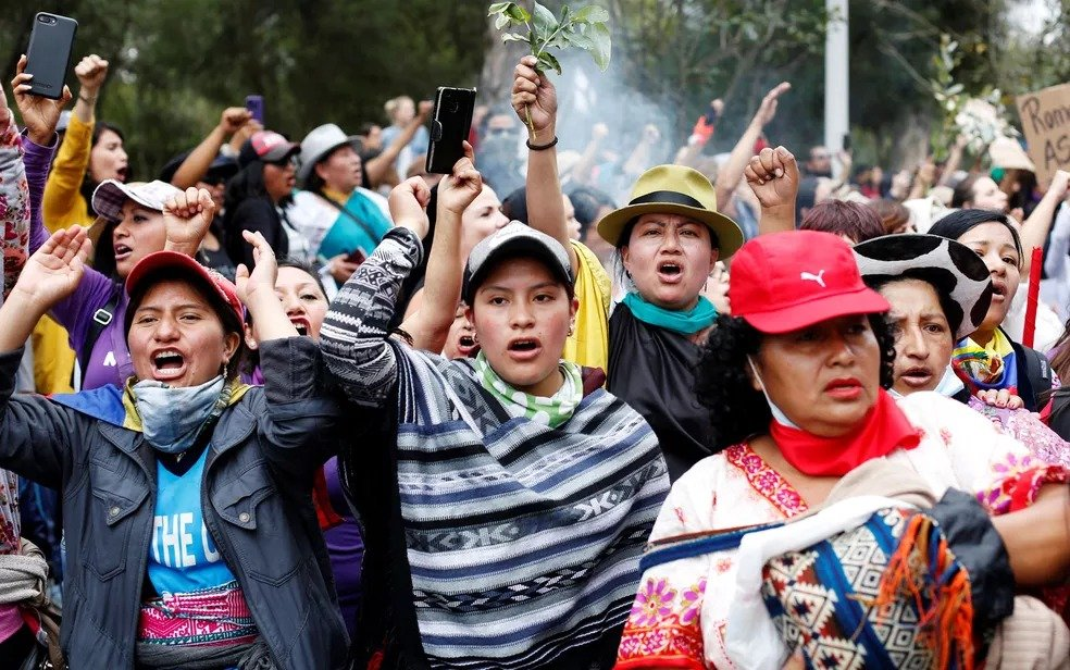 Mulheres participam de marcha em Quito, no Equador, no dia 12 de outubro — Foto: Daniel Tapia/Reuters