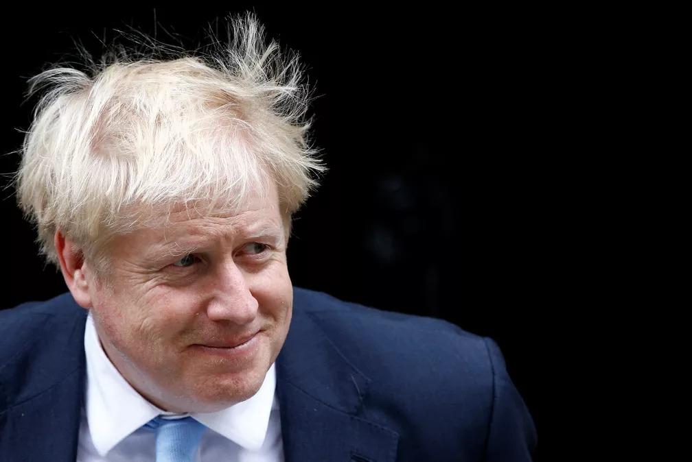 Boris Johnson, primeiro-ministro do Reino Unido, chega a Downing Street em Londres para encontro nesta terça-feira (15) — Foto: Henry Nicholls/Reuters