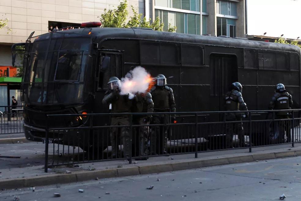 Protestos atiram bombas de gás contra manifestantes em Santiago — Foto: Reuters/Carlos Vera