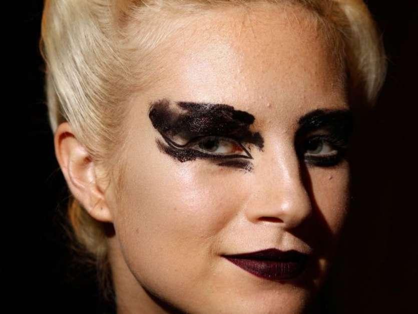 5 inspirações de maquiagens com batom escuro para testar no Halloween - Imagem 4
