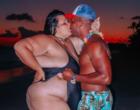 Thais Carla faz temperatura subir em clique ousado com o marido