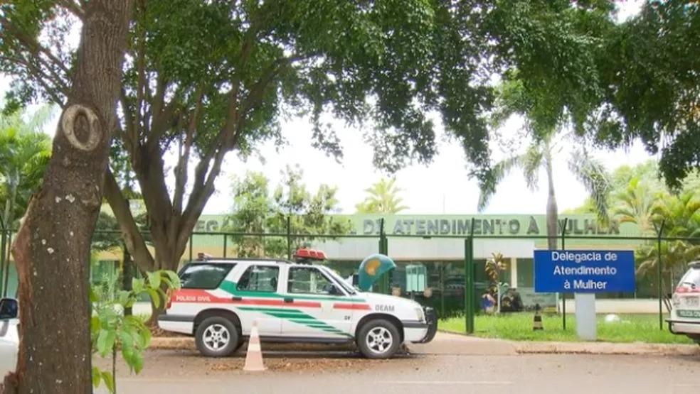 Fachada da Delegacia Especializada no Atendimento à Mulher em Brasília — Foto: TV Globo/Reprodução