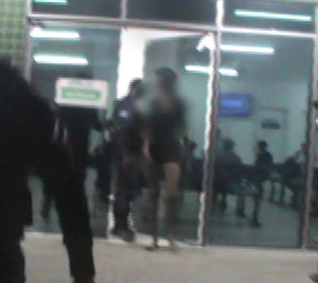 Menor acusada de assaltar taxista agride repórter ao ser apreendida
