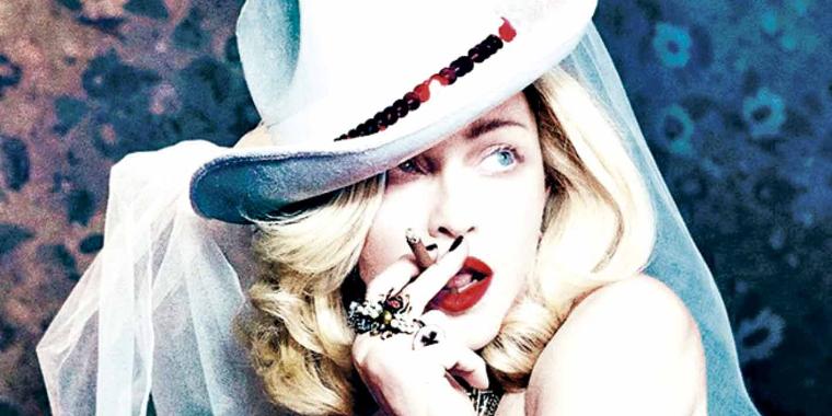 """Madonna surge """"bebendo urina"""" em xícara de chá"""
