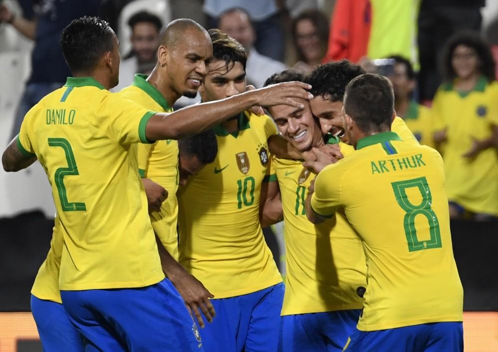 Coutinho comemora o gol pelo Brasil: 3 a 0 sobre a Coreia do Sul deram respiro para jogadores e comissão técnica no fim de 2019 — Foto: AFP