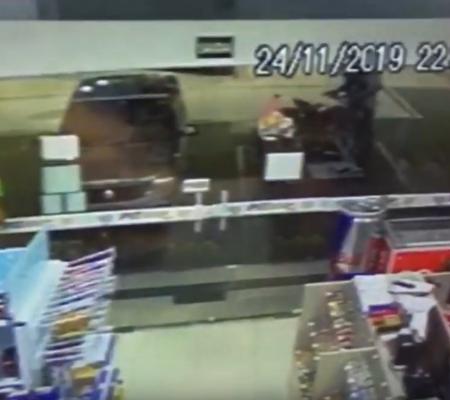 Vídeo mostra policial do RONE sendo baleado durante assalto em posto na zona Sul