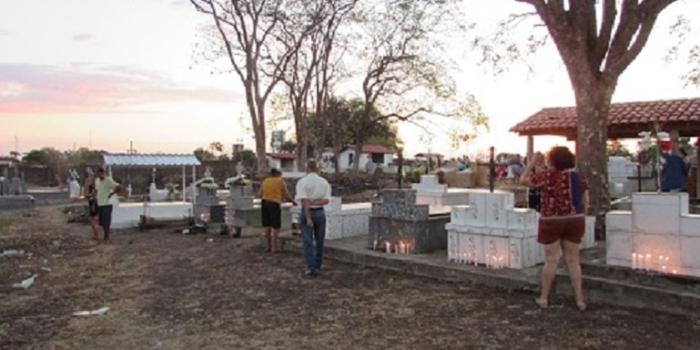 Dia de finados marcado com visitas nos cemitérios