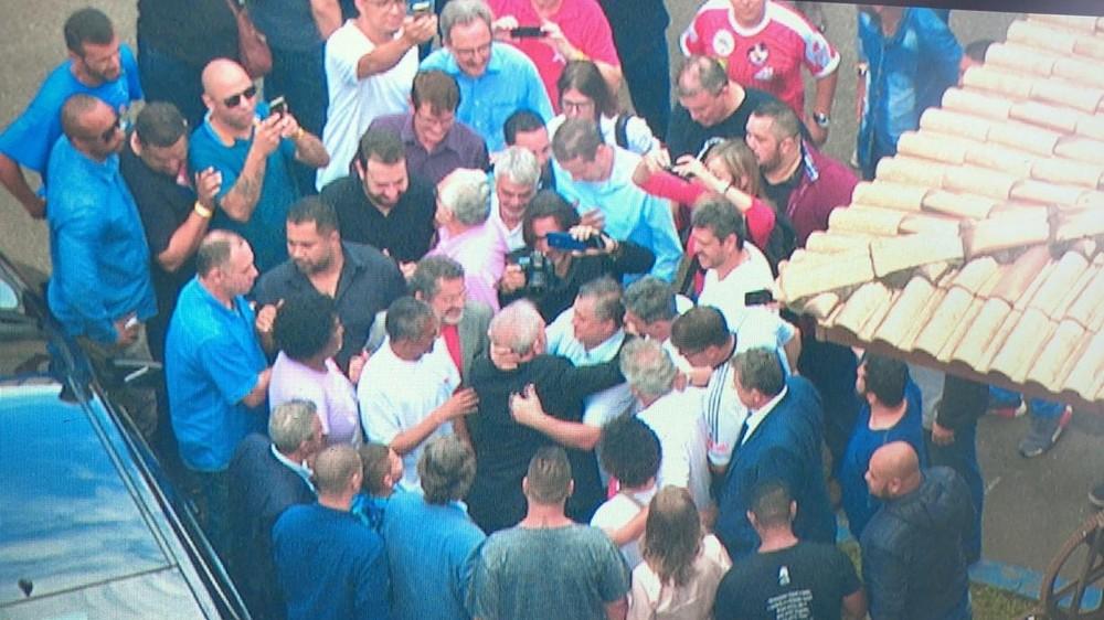 Após ser solto no PR, Lula chega a São Paulo em avião fretado - Imagem 2