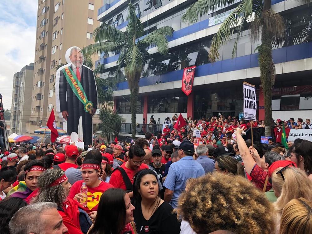 Após ser solto no PR, Lula chega a São Paulo em avião fretado - Imagem 3