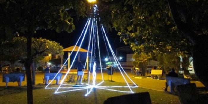 Prefeitura dar tom natalino em ornamentação na praça Dirceu Arcoverde