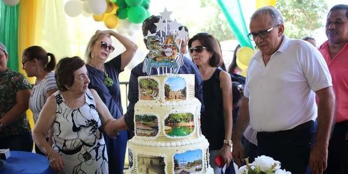 Um festival de criatividade e gostosuras no corte e distribuição dos bolos de aniversário de Monsenhor Gil