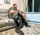 Homem mantém píton de 9 metros em sua casa de três quartos