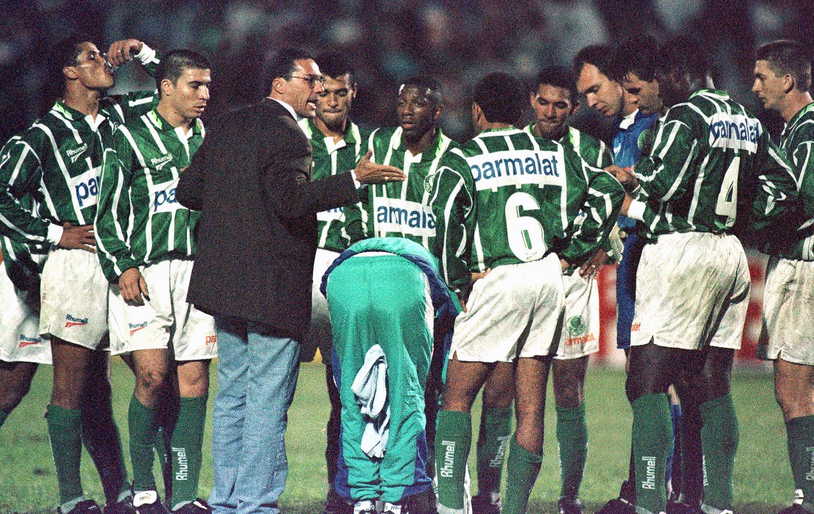 Luxemburgo conversa com elenco cheio de estrelas do Palmeiras em 1996 — Foto: Arquivo / Agência Estado