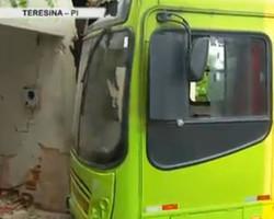 Passageiro se fere após motorista de ônibus invadir casa na z.Sul de Teresina