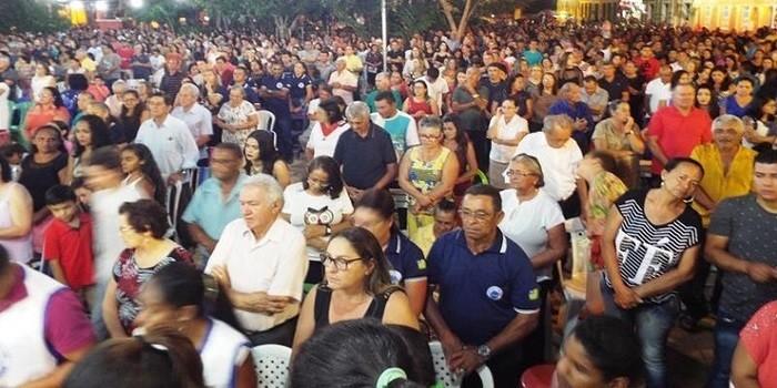 Fiéis lotam pátio de praça para assistir a 3ª noite de novena da Imaculada Conceição