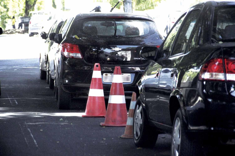 Flanelinhas bloqueiam vagas com cones   Crédito: Raíssa Morais