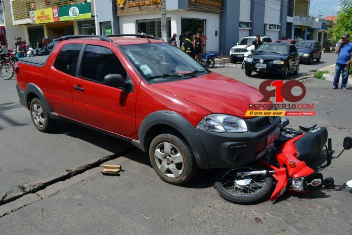 Colisão entre moto e carro deixa casal ferido no centro do município de Piripiri