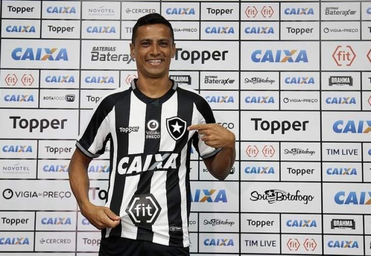 Cícero é apresentado como reforço do Botafogo