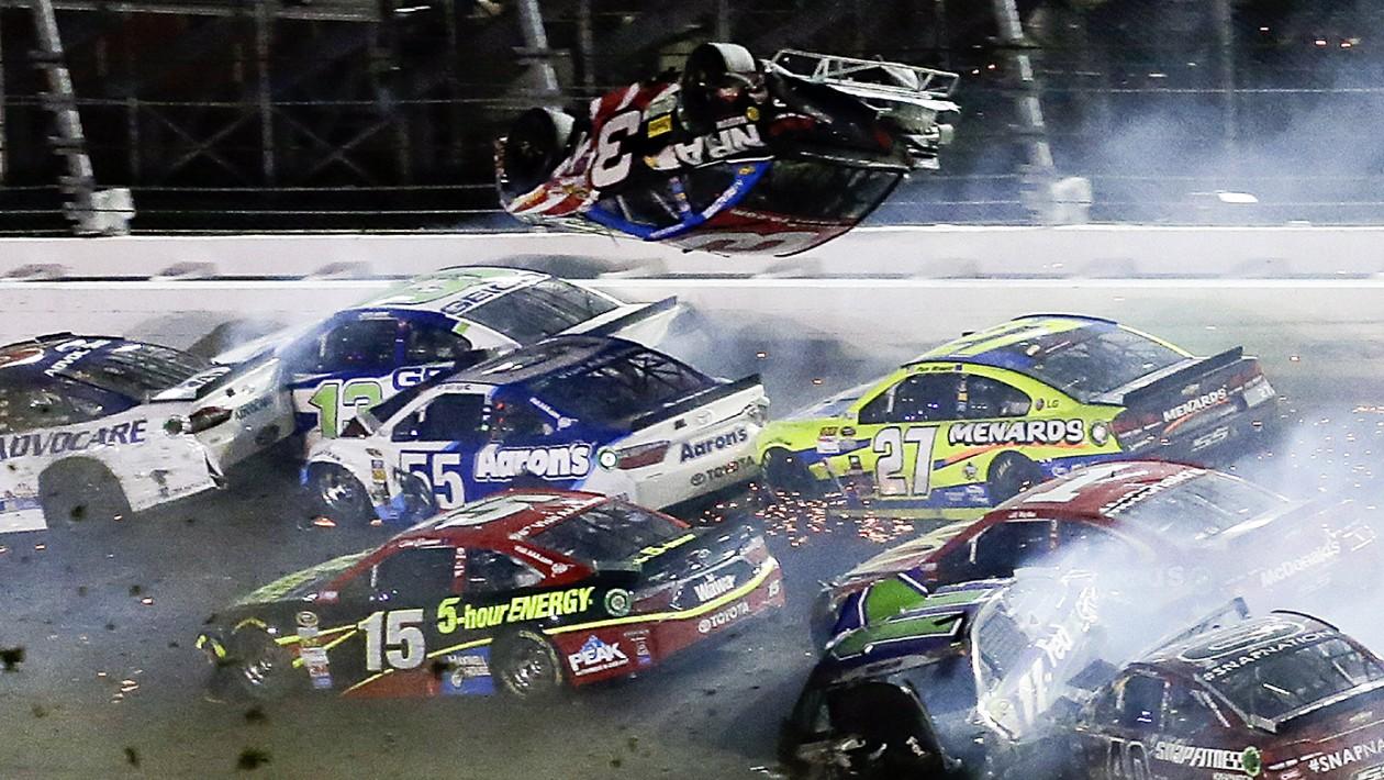 Acidente que envolveu 21 carros marca corrida em Daytona da Nascar
