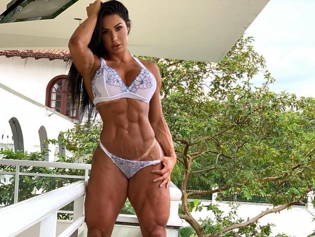 Gracyanne Barbosa posa de lingerie e deixa e corpo sarado à mostra