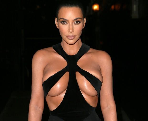 Kim Kardashian usa vestido decotado e deixa parte dos seios à mostra