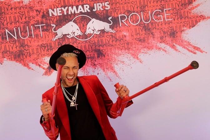 Neymar chora, conta que está solteiro e não desgruda de suposto affair