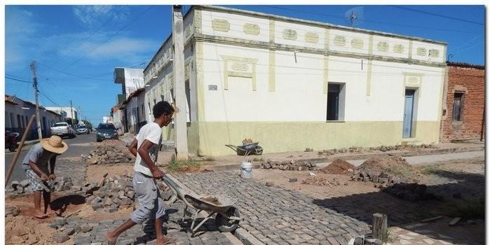 Secretaria de Obras de Inhuma constroem canaletas