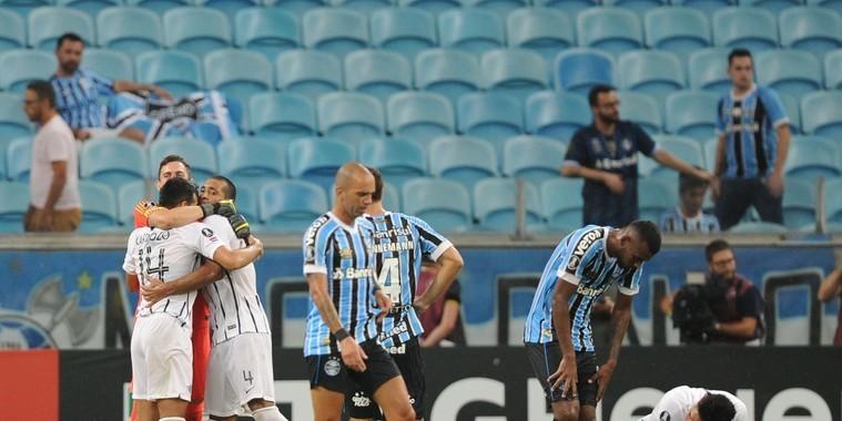 Libertadores: Da defesa ao ataque, Grêmio acumula erros e ouve vaias