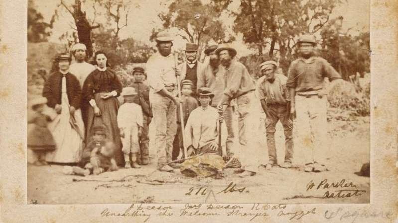 Famílias locais posaram ao lado dos mineradores que descobriram a pepita - que já tinha sido fragmentada antes desta foto