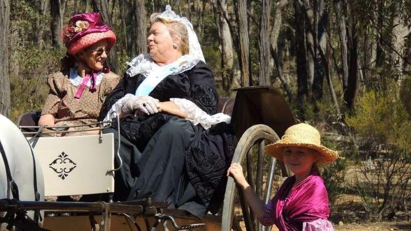 Uma mulher local participou das comemorações vestida como a rainha Victoria (1819-1901)