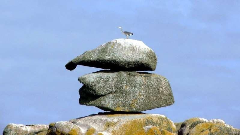 """Esta pedra nas ilhas Scilly, onde John Deason nasceu, é chamada de """"chapéu de Deason"""". Alguns moradores acreditam que haja uma pepita de ouro debaixo dela"""