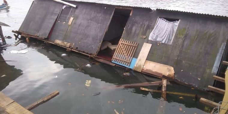 Casas desabam e são engolidas pelo mar em SP