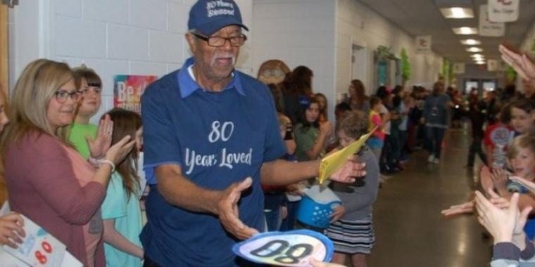 Faxineiro de escola se emociona ao ganhar festa surpresa dos alunos