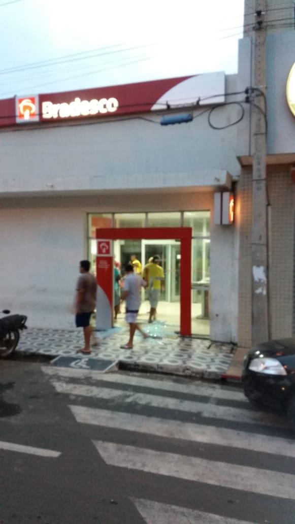 Quadrilha fortemente armada explode dois bancos em Campo Maior - Imagem 5