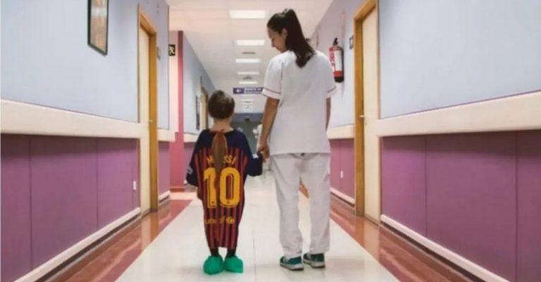 Camisas de time são transformadas em batas de hospital para crianças  - Imagem 1