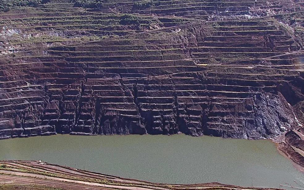 Talude norte e a cava da Mina Gongo Soco, da Vale, em Barão de Cocais (MG); estrutura pode se romper a qualquer momento — Foto: Reprodução/Globocop