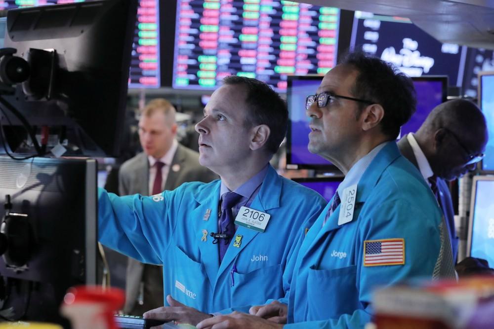 Operadores observam flutuação de ações na Bolsa de Valores de Nova York. — Foto: Brendan McDermid/Reuters