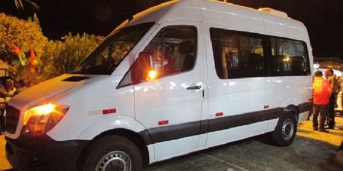 Prefeito entrega veículo para transportar pacientes