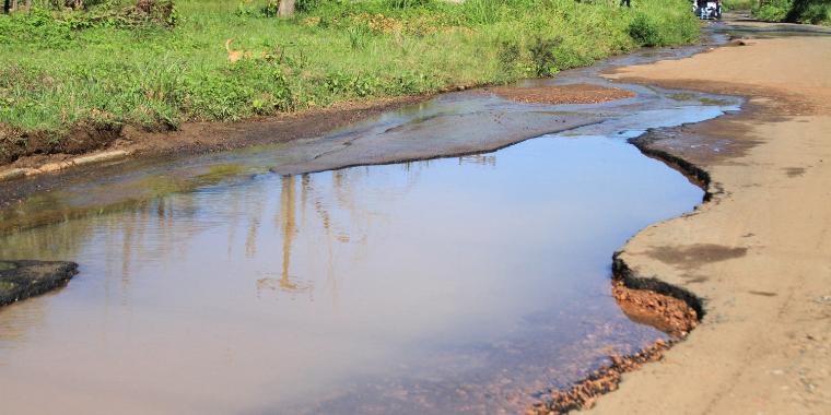 Buracos deixam trânsito perigoso na zona Leste