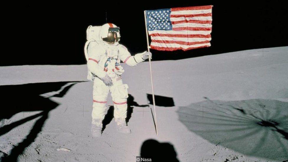 Astronauta finca bandeira dos EUA na Lua