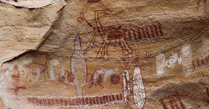 A serra da capivara é um dos destinos nacionais que permite o contato com sítios arqueológicos