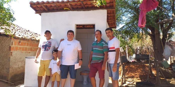 Prefeito visita obras de construção de banheiros na zona rural de Santo Inácio