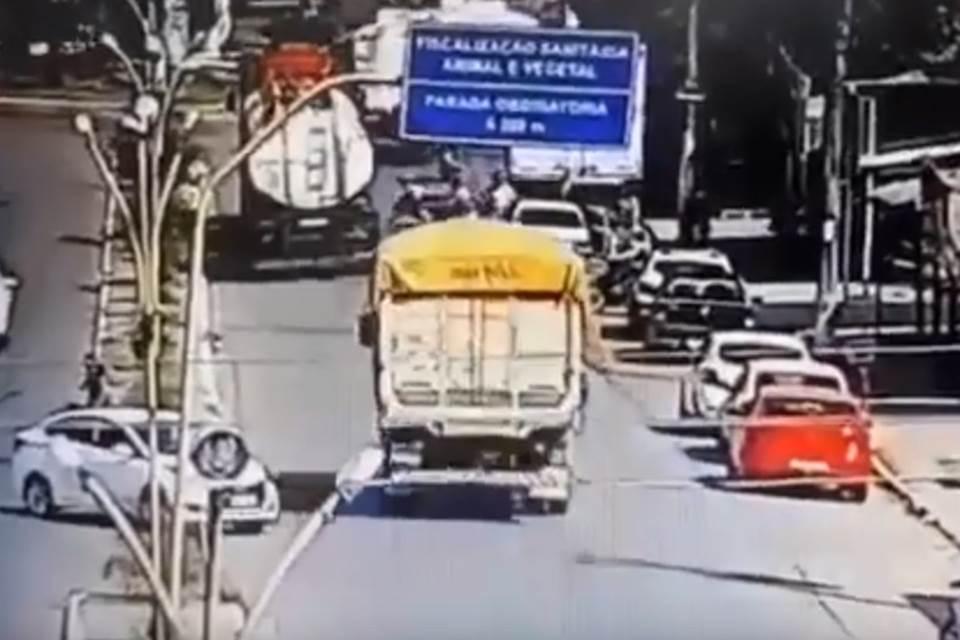 Vídeo: Motociclista morre atropelado após ser empurrado por homem - Imagem 1