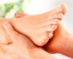 Especialista da dicas sobre cuidados com os pés no verão