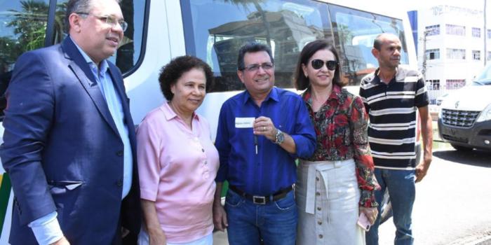 Prefeito Genival Bezerra recebe van para o transporte de pacientes