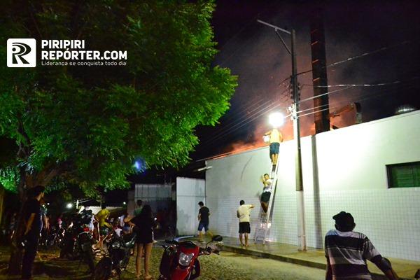 Incêndio atinge depósito de panificadora e mobiliza população no PI - Imagem 3