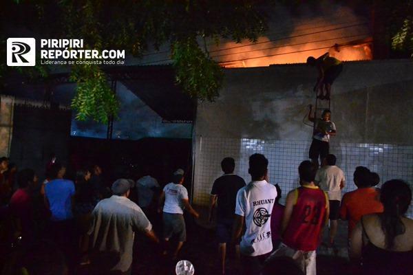 Incêndio atinge depósito de panificadora e mobiliza população no PI - Imagem 1