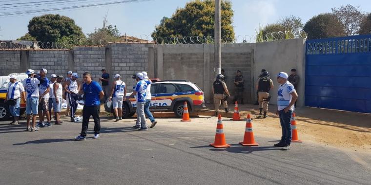 Torcedores tentam invadir CT do Cruzeiro